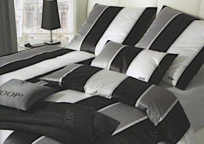 Schwarz-weisse Bettbezüge der Firma Joop